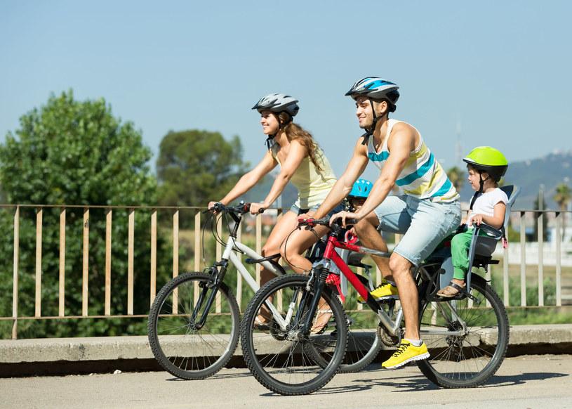 Latem na rowerze konieczna jest właściwa ochrona skóry /123RF/PICSEL