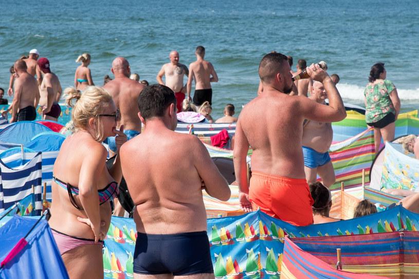 """Latem nadbałtyckie plaże zapełniają się """"pod korek"""". W tłumie trudno zapanować nad zachowaniem rozochoconych plażowiczów... /Wojciech Stróżyk /Reporter   /East News"""