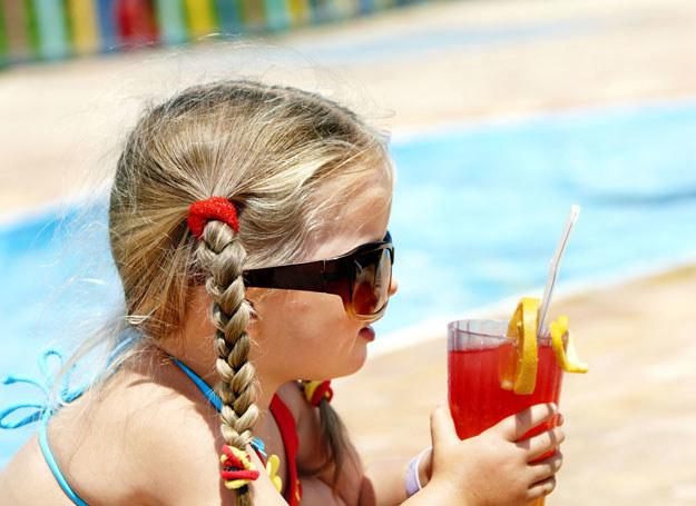 Latem najlepiej podawać dziecku do picia wodę /123RF/PICSEL