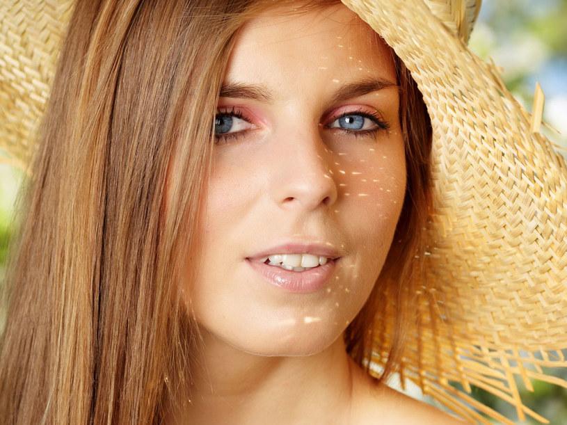 Latem twarz powinna wyglądać promiennie /123RF/PICSEL