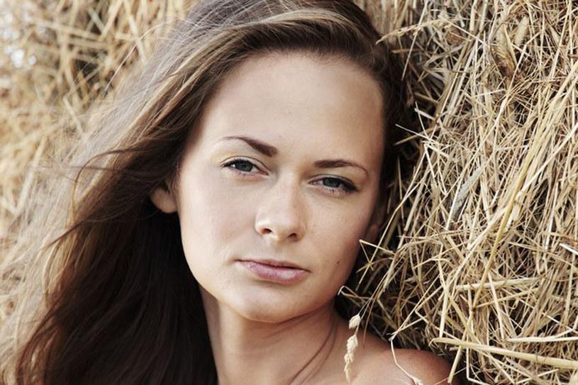 Latem twoje włosy narażone są na szkodliwe działanie wody i słońca /123RF/PICSEL
