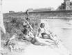 Plażowiczki podczas wypoczynku. W tle widoczny fragment pałacu Lasockich. Plaża Towarzystwa Uniwersytetu Robotniczego w Krakowie (zdjęcie z 1931 roku)