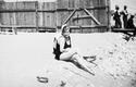 Plażowiczka podczas wypoczynku. Plaża Towarzystwa Uniwersytetu Robotniczego w Krakowie (zdjęcie z 1931 roku)