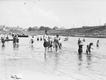Plaża Towarzystwa Uniwersytetu Robotniczego w Krakowie. W tle widać Wawel (zdjęcie z 1931 roku)