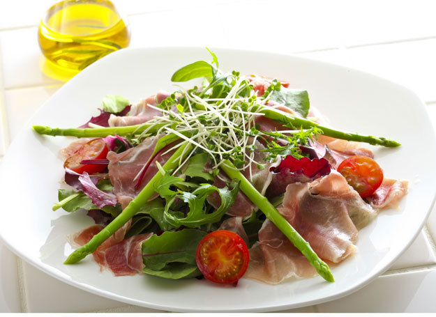 Lato to idealna pora na przygotowywanie sałatek ze świeżych składników /Picsel /123RF/PICSEL