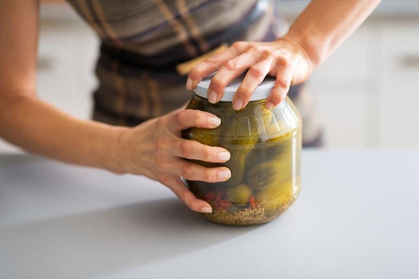 Łatwiej odkręcisz słoik, gdy wstawisz go do zlewu i przez 20-30 sekund puścisz na pokrywkę gorącą wodę z kranu. /123RF/PICSEL