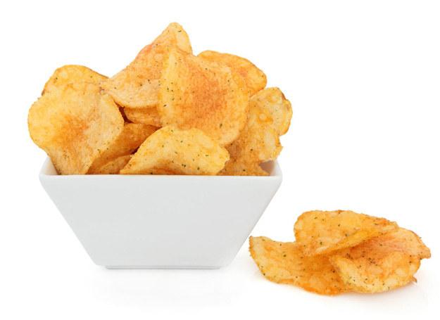 Łatwo sięgnąć po chipsy, trudniej przestać je jeść... /123RF/PICSEL