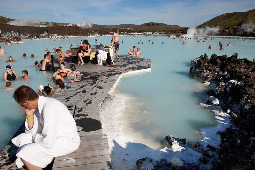 Łatwy dostęp do basenu z gorącymi źródłami to prawo każdego Islandczyka /123RF/PICSEL