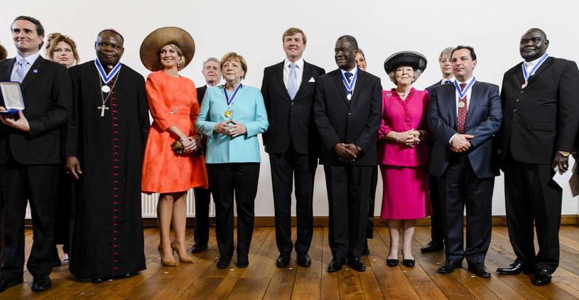 Laureatka nagrody pozuje do wspólnego zdjęcia z m.in. przedstawicielami rodziny królewskiej /REMKO DE WAAL /PAP/EPA