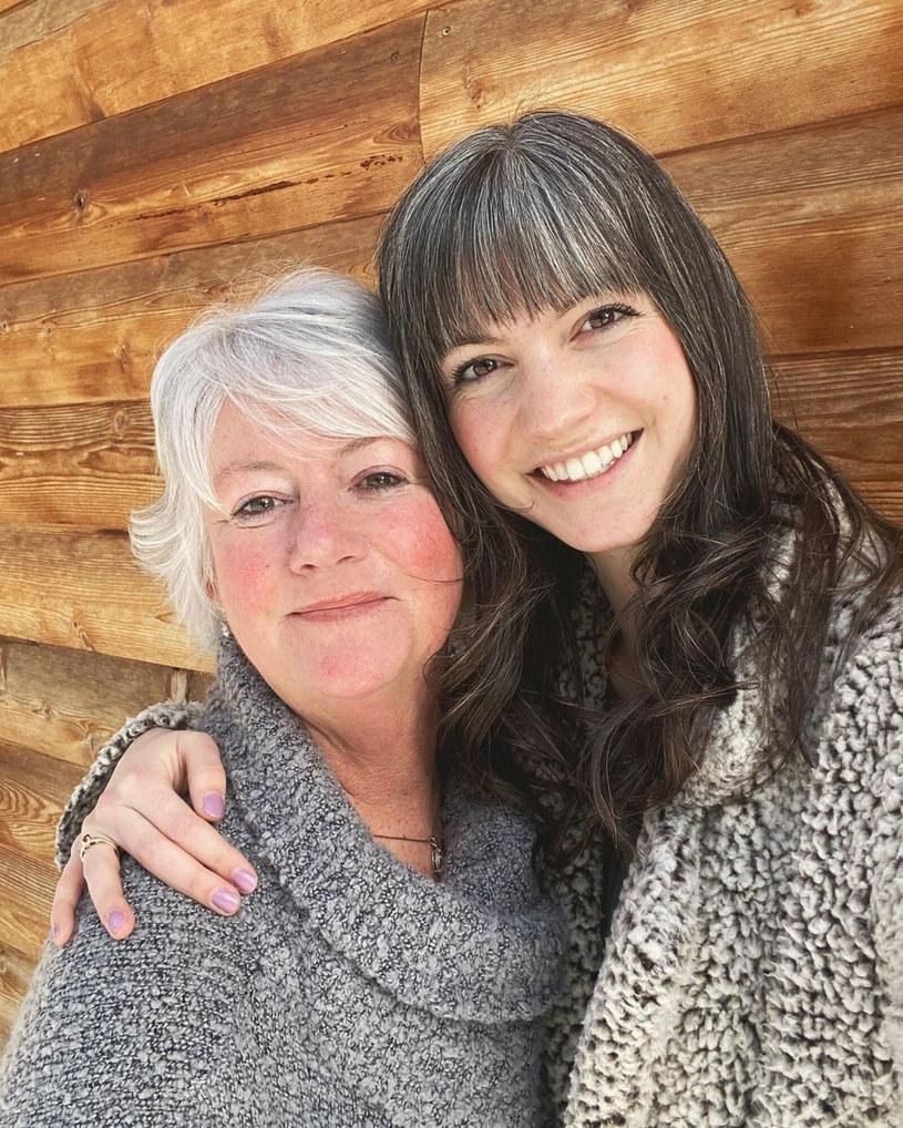 Lauren razem z mamą. Naturalne siwienie w młodym wieku jest u tych kobiet rodzinne /mediadrumworld.com / @embracethe/Media Drum/East News /East News