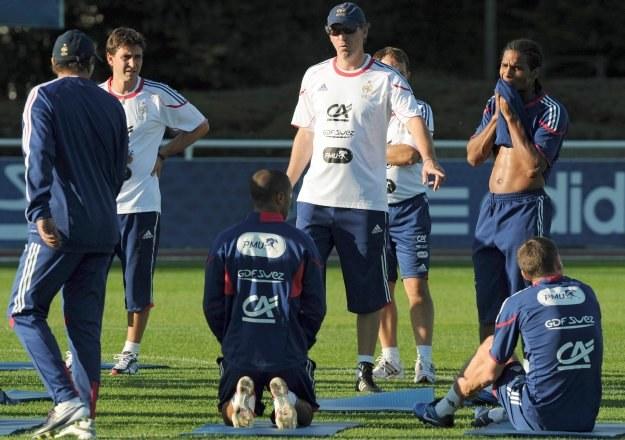 Laurent Blanc przekazuje instrukcje swoim piłkarzom /INTERIA.PL/PAP