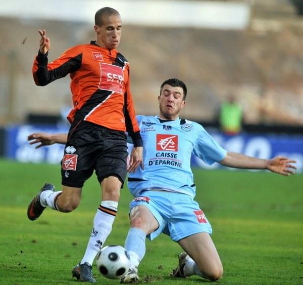 Laurent Koscielny (z prawej) może wzmocnić defensywę Orłów. /AFP