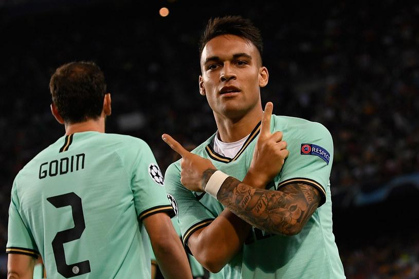 Lautaro Martinez celebrujący bramkę dla Interu Mediolan. W tle Diego Godin. /LLUIS GENE /AFP