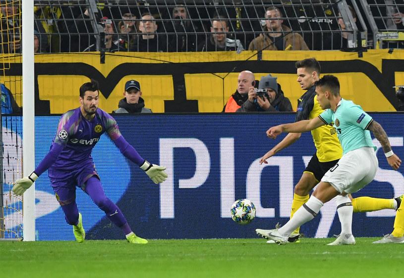 Lautaro Martinez pokonuje Romana Buerkiego, zdobywając pierwszą bramkę w meczu Borussia - Inter /Bernd Thissen / dpa  /AFP
