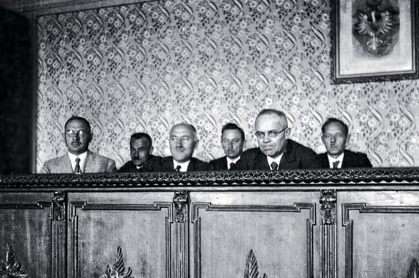 Ława ostarżonych podczas sanockiego procesu /Z archiwum Narodowego Archiwum Cyfrowego