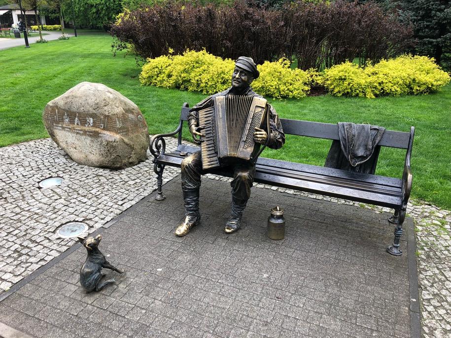 Ławeczka z rzeźbą kaszubskiego muzyka, z akordeonem /Kuba Kaługa /RMF FM