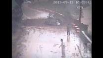 Lawina błotna przysypała auto! Pasażerowie ledwo uszli z życiem