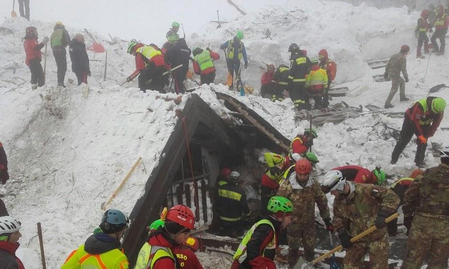 Lawina, która zniszczyła hotel, runęła w środę na czterogwiazdkowy górski hotel po serii silnych wstrząsów sejsmicznych /SOCCORSO ALPINO HANDOUT /PAP/EPA