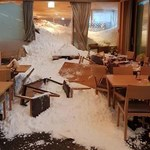 Lawina wdarła się przez okna do restauracji pełnej ludzi