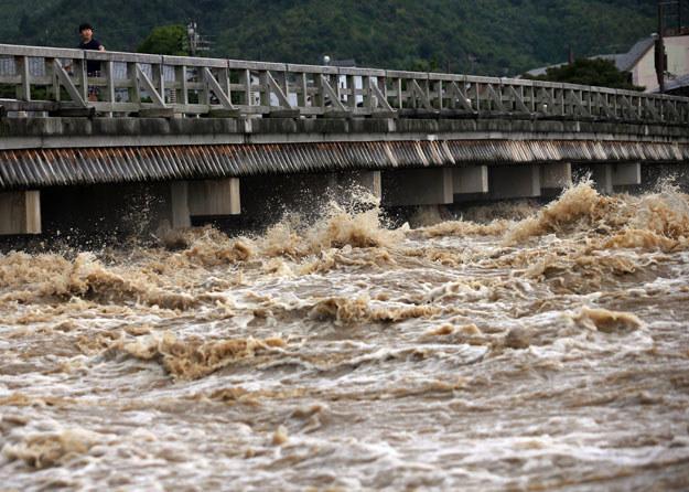 Lawiny ziemne i wezbrane rzeki spowodowały zawalenie się lub poważne uszkodzenia wielu budynków /AFP