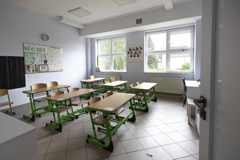 Ławki w sali lekcyjnej, zdjęcie ilustracyjne /Grzegorz Bukała /Reporter