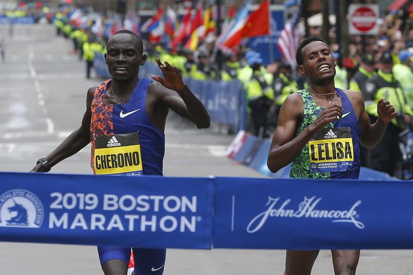 Lawrence Cherono (z lewej) i Lelisa Desisa podczas sprinterskiego finiszu /PAP/EPA