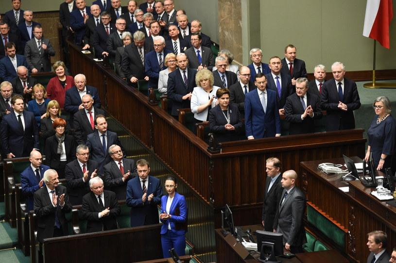 Ławy rządowe i posłowie PiS podczas uroczystego zgromadzenia posłów i senatorów z okazji 10. rocznicy zaprzysiężenia prezydenta RP Lecha Kaczyńskiego /Radek Pietruszka /PAP