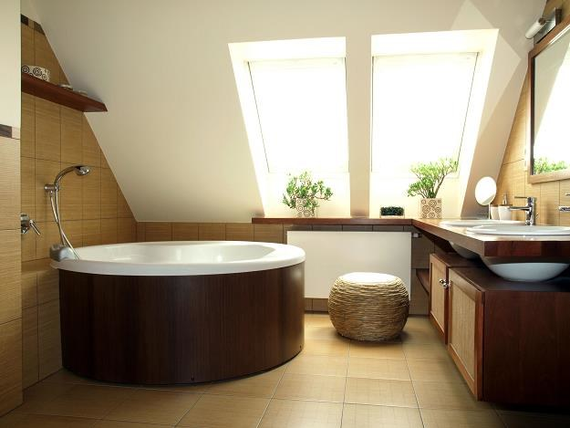 Łazienka na poddaszu może zostać urządzona ze smakiem oraz w niemal dowolnej stylizacji /©123RF/PICSEL