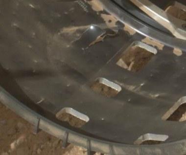 Łazik Curiosity z uszkodzonym kołem