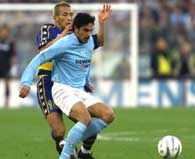 Lazio - Parma 0:0. Hidetoshi Nakata (z lewej) walczy o piłkę ze Stefano Fiore