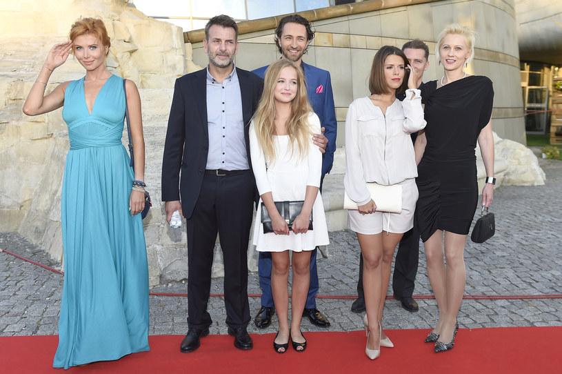 Lea Oleksiak z koleżankami i kolegami z planu /Kurnikowski /AKPA