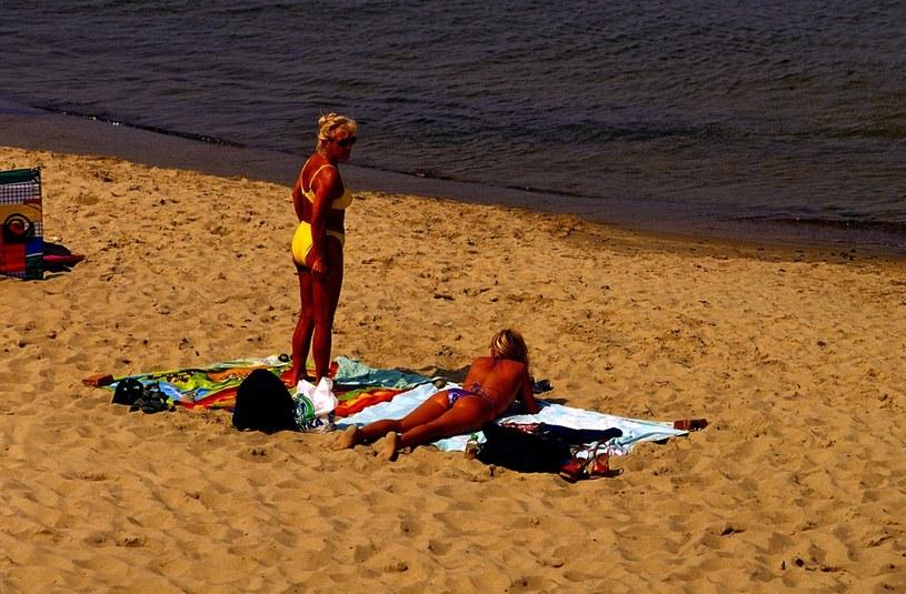Łeba, turyści opalają się na plaży /Reporter
