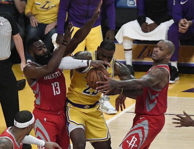 LeBron James #23 z Los Angeles Lakers kontra James Harden #13 i PJ Tucker #17 z Houston Rockets w Staples Center. /PAP/EPA