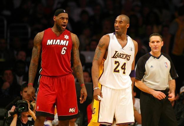 LeBron James #6 z Miami Heat rozmawia z Kobe Bryantem #24. /AFP