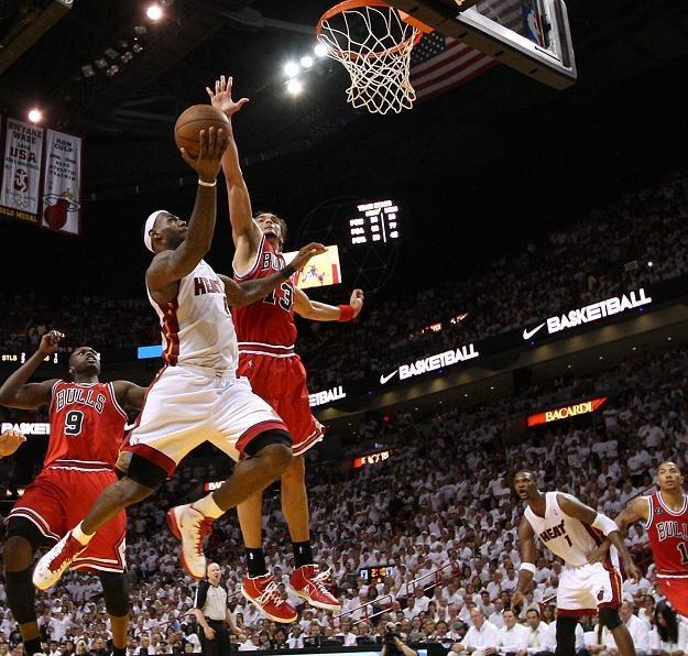 LeBron James frunie w kierunku kosza Chicago Bulls. /AFP