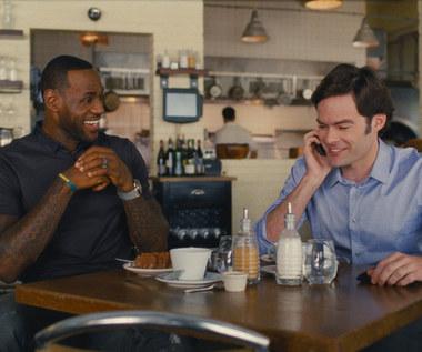 """LeBron James i Bill Hader w scenie z filmu """"Wykolejona"""""""