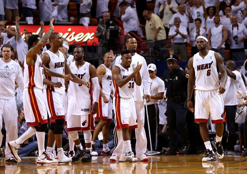 Lebron James i jego koledzy świętują pokonanie Pacers /AFP