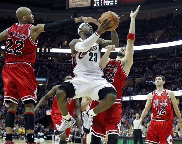 LeBron James (numer 23) w akcji /AFP