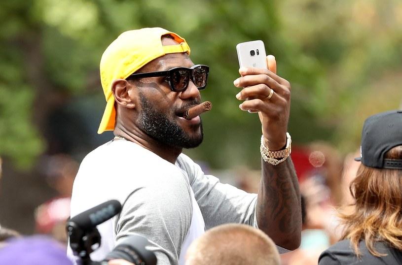 LeBron James podczas mistrzowskiej parady w Cleveland /AFP