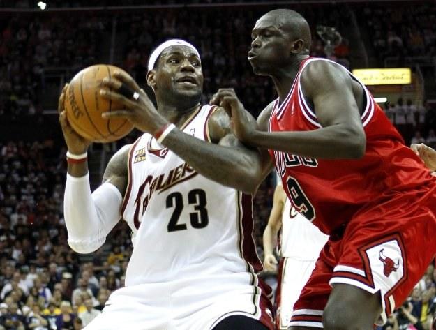 LeBron James poprowadził Cavaliers do zwycięstwa nad Chicago Bulls /AFP