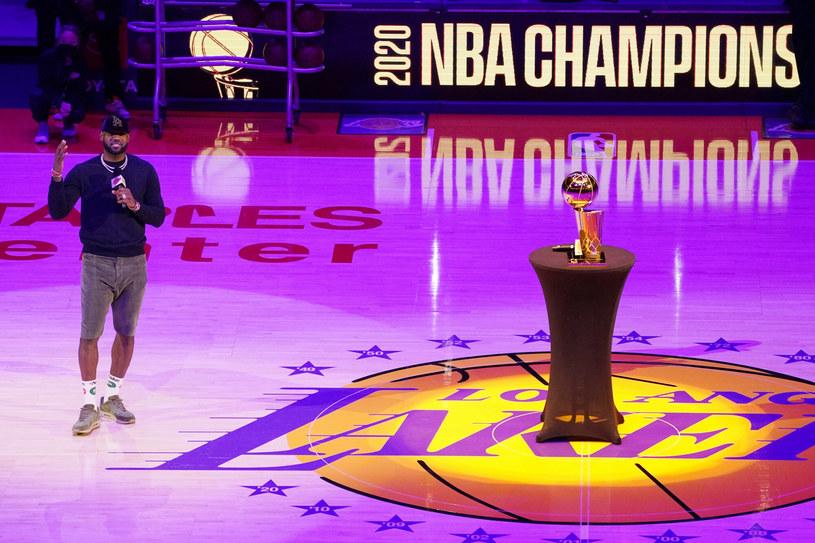LeBron James przemawia do kibiców przed rozpoczęciem meczu z Rockets /AP/Associated Press/East News /East News