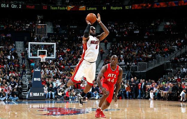 LeBron James rzucił 23 punkty w meczu z Atlanta Hawks /AFP