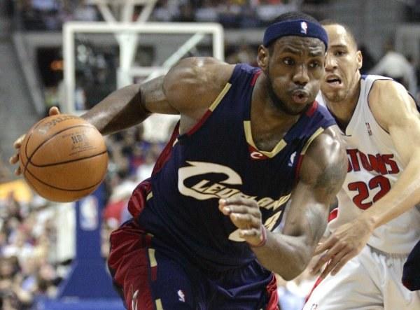 """LeBron James staje się powoli koszmarem """"Tłoków"""" /AFP"""