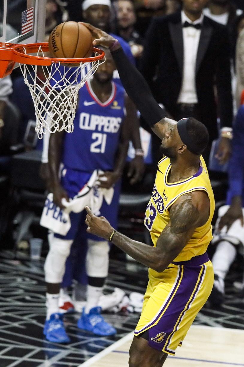 LeBron James w akcji podczas meczu Los Angeles Lakers z Los Angeles Clippers w Staples Center, w Los Angeles /PAP/EPA