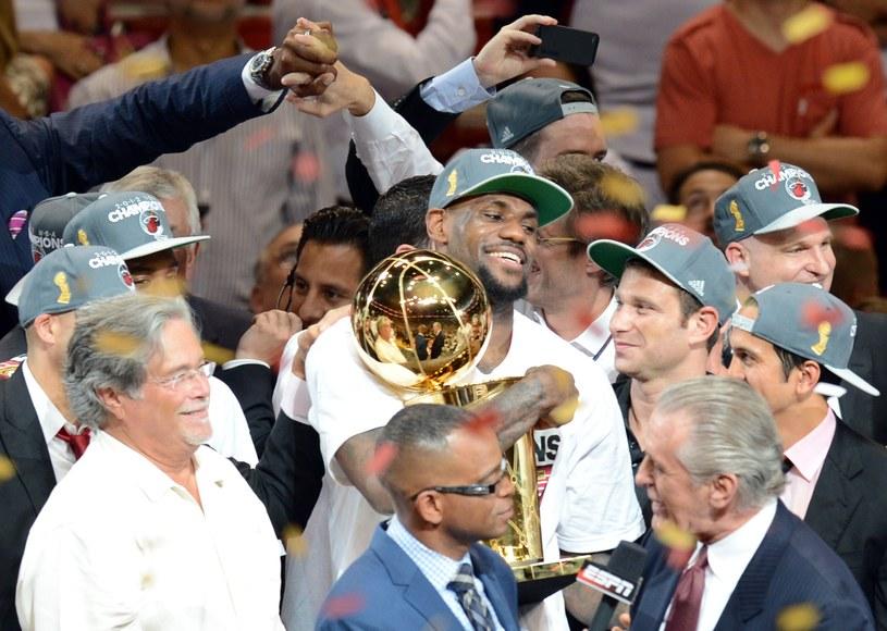 LeBron James (w środku) z pucharem za mistrzostwo NBA /. /AFP