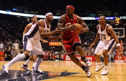 LeBron James w starciu z New Jersey Nets /AFP