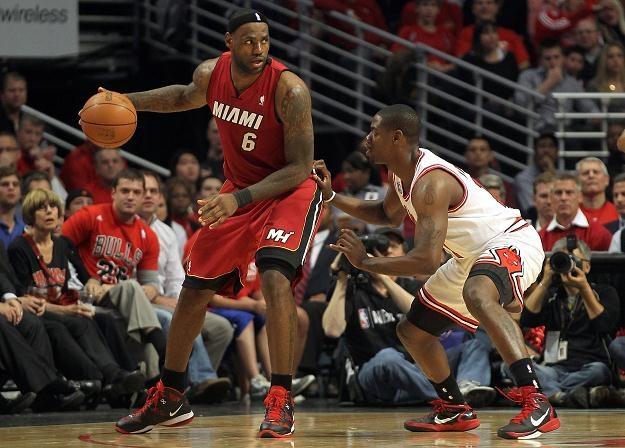 LeBron James (z lewej) rzucił 28 punktów w meczu numer 5 z Chicago Bulls /AFP