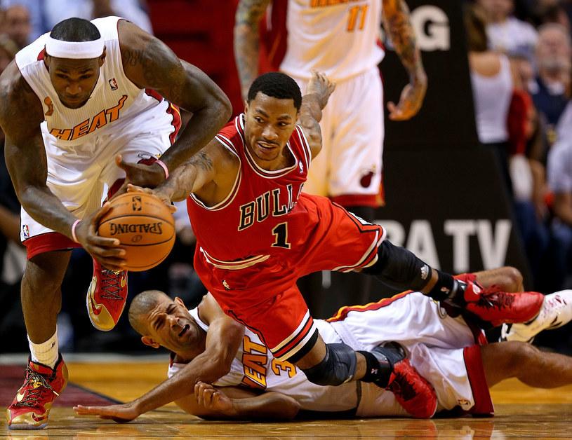 LeBron James (z lewej) w walce o piłkę z Derrickiem Rose'em /AFP