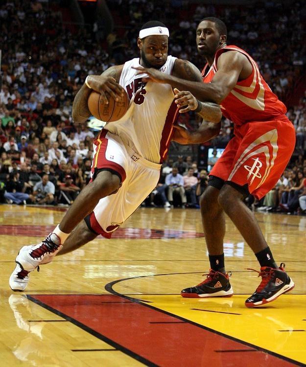 LeBron James z Miami Heats kontra center Houston Rockets Chuck Hayes. /AFP