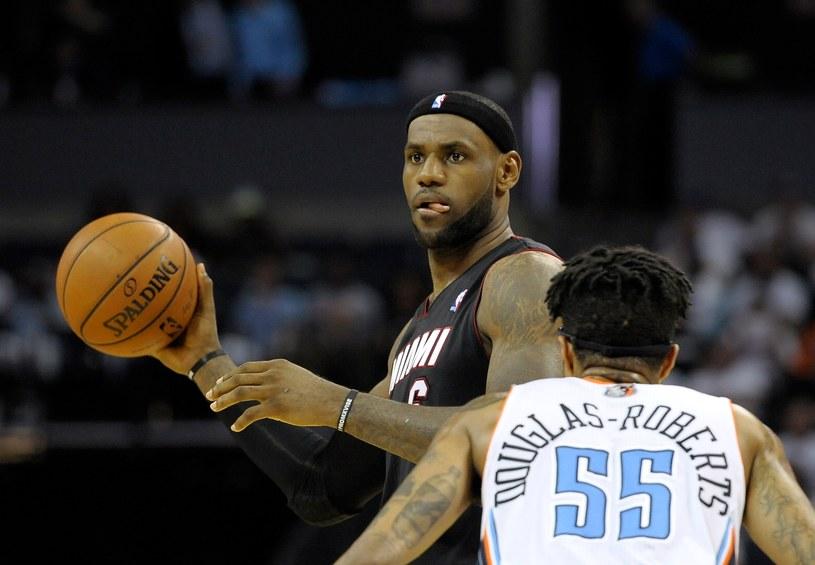 Lebron James (z piłką), gwiazda Miami Heat /AFP